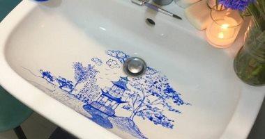 لتواجه ملل غسل اليدين.. إيطالية ترسم لوحات فنية على حوض الحمام خلال العزل