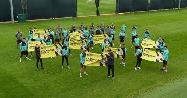 محمد صلاح ونجوم ليفربول يحتفلون بالدوري الإنجليزي خلال التدريبات