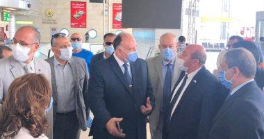 صور.. جولة رئيس المطارات بمبانى مطار القاهرة استعدادا لبدء الرحلات