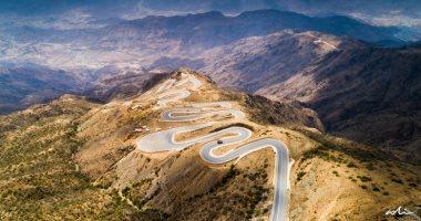 مشهد يحبس الأنفاس.. صور جوية تكشف المظهر الحلزونى الفريد لطريق جبلى فى السعودية