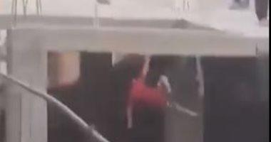 لحظة سقوط طفل من سطح عقار خلال اللهو بطائرة ورقية.. فيديو متداول