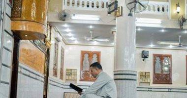 قارىء يشارك بصورة له أثناء إقامة شعائر الصلاة بمسجد بن سلام بالدقهلية