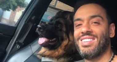 رامى جمال مع كلبه تشارلى: الوفاء فى أعمق صوره
