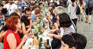سكان التشيك يحتفلون بتخفيف إجراءات كورونا بعشاء جماعى دون التزام بالتدابير
