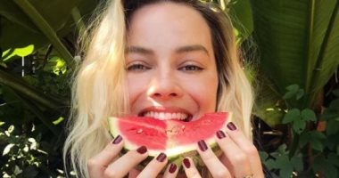 محبو مارجوت روبى يهنئونها بعيد ميلادها الـ30 بصورتها مع البطيخ