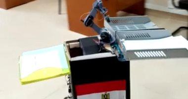 """فيديو..""""روبوت"""" بجامعة قناة السويس لتوزيع أسئلة الامتحانات على الطلاب"""