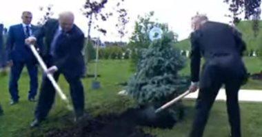 بوتين ورئيس بيلاروسيا يغرسان شجرة عند النصب التذكارى للجندى السوفيتى.. فيديو