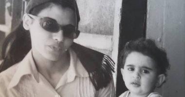 أنا ومامتى شاهد وفاء صادق فى طفولتها مع والدتها الفنانة أسمهان توفيق اليوم السابع