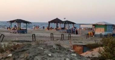 فيديو وصور.. زحام بشاطئ النخيل برأس البر رغم غلق الشواطئ