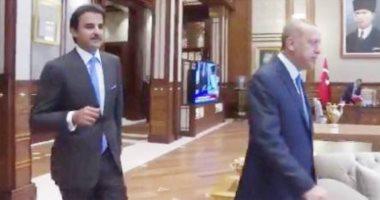 """زيارة الذل.. """"الحمدين"""" طأطأوا رؤوسهم خلف أردوغان خلال زيارته لقطر (صور)"""