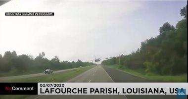 شاهد.. هبوط اضطراري لطائرة على طريق للسيارات في الولايات المتحدة