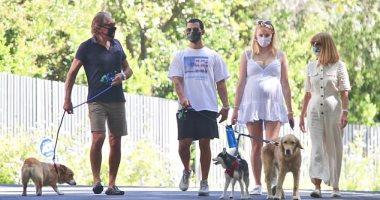 صوفي تيرنر في جولة مع زوجها بشوارع لوس أنجلوس.. صور