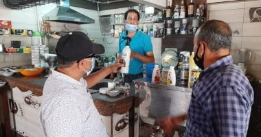صور .. أصحاب مقاهى بورسعيد يوقعون إقرارات بتنفيذ الإجراءات الاحترازية