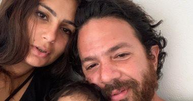 عمر الشناوى فى صورة مع زوجته وابنه: وقت الأسرة فى الصباح