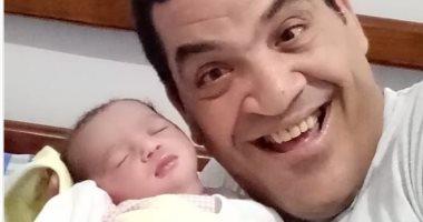 """اللهم اجعلها من الصالحين.. الفنان طاهر أبو ليلة يحتفى بقدوم مولدته """"جميلة"""""""