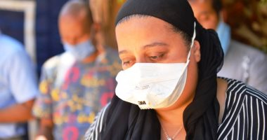 صور.. انهيار ابنة رجاء الجداوى من البكاء أثناء تشييع جثمان والدتها