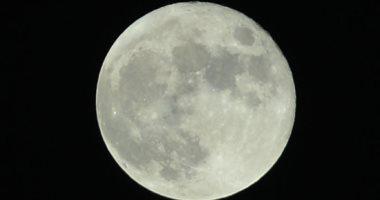 القمر يصل منزلة الاقتران اليوم منهيا دورة اقترانية حول الأرض
