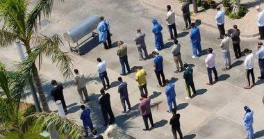 أطباء وتمريض مستشفى الخليفة يؤدون صلاة الجنازة على رجاء الجداوى..  صورة