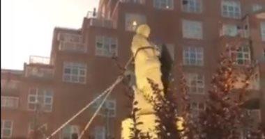 متظاهرو بالتيمور الأمريكية يسقطون تمثال كريستوفر كولومبوس.. فيديو