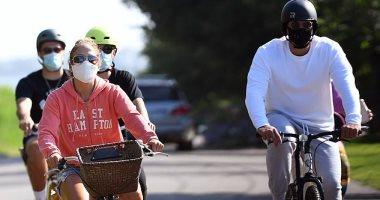 جينيفر لوبيز مع خطيبها رودريجيز على العجلة بالكمامة