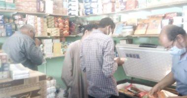 صور.. تحرير محاضر ضد المخالفين فى حملة على المحلات والمقاهى بالأقصر