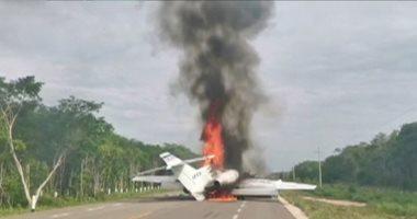 صور.. احتراق طائرة بعد هبوطها على طريق سريع بالمكسيك كانت تحمل مخدرات