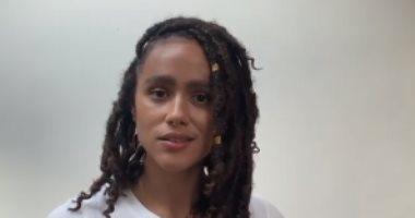 """إميليا كلارك تدعم ناتالي إيمانويل فى حربها ضد العنصرية بتقديمها لنص """"مايا أنجيلو"""""""