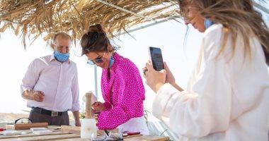 الملكة رانيا تطهو وتنحت أعمالا خشبية فى زيارتها لقرية أم قيس لتشجيع السياحة الأردنية