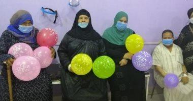 مستشفى البلينا يحتفل بخروج أول 4 متعافين من فيروس كورونا بالبالونات