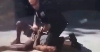 رغم حظر الممارسة.. شرطى أمريكى يجلس على عنق رجل أسود لاعتقاله فى نيويورك