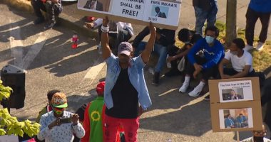 مئات الإثيوبيين فى أمريكا يتظاهرون احتجاجا على مقتل مغنى شهير.. صور