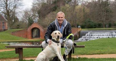 رفيق فى حياة الظلام ..كلب يمنح صاحبه حياة جديدة بعد إصابته بالعمى
