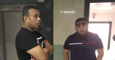 محمود الليثى ومحمد قماح بجوار حمادة هلال انتظارا لجثمان والدته