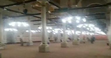 اللهم عجل برفع البلاء.. شاهد أول صلاة فى الحسين بعد فتح المسجد وعزل الضريح