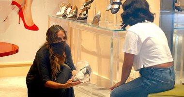 سارا جيسيكا تفتتح متجر للأحذية وتساعد الزبائن على الاختيار وقياس الحذاء