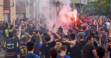 """برشلونة ضد اسبانيول.. جماهير البارسا تدعم الفريق من خارج """"كامب نو"""""""