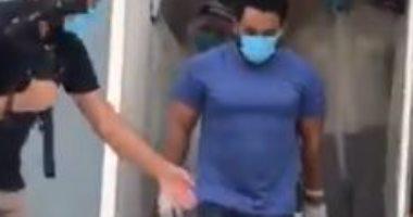 مستشفى بإمارة الشارقة يودع آخر مريض بكورونا بعد تعافيه.. فيديو