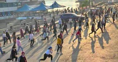 أهالى المنصورة يمارسون الرياضة بالشارع بعد انتهاء الحظر  لتحدى كورونا