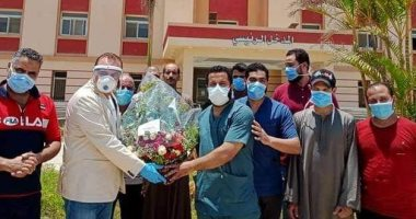 رئيس مدينة ملوى يقدم بوكيه ورد للأطقم الطبية تقديرا لدورهم فى مواجهة كورونا