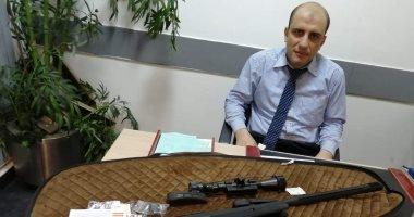 جمارك مطار القاهرة تضبط محاولة تهريب بندقية مفككة ومنظار عالى الدقة.. صور