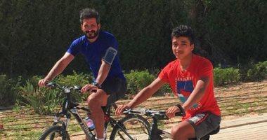 شاهد.. سباق دراجات بين سيد معوض وابنه فى شوارع القاهرة
