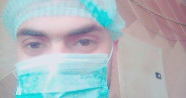 """""""إسلام"""" طالب تمريض يرتدى الكمامة استعدادا للانضمام للجيش الأبيض لمحاربة كورونا"""