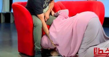 سيدة جزائرية تقبل قدم زوجها على الهواء وموجه غضب عارمة.. فيديو وصور