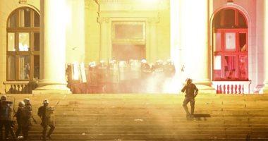 محتجون يقتحمون البرلمان الصربى للتنديد بقرار الحكومة حظر التجوال لمواجهة كورونا