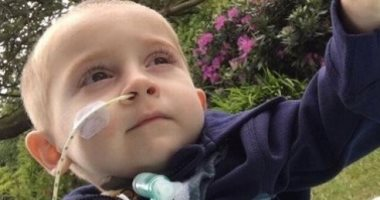 مرض غامض بالعمود الفقرى يصيب طفلا بريطانيا أثناء نومه ويمنعه من التنفس
