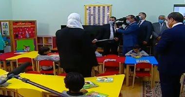 الرئيس الأب ..السيسي يشاهد فقرة العرائس مع أطفال حي الأسمرات