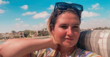 هنا شيحة تقضى عطلتها الصيفية تحت أشعة الشمس.. صور
