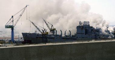 حريق بسفينة بونهوم ريتشارد بالقاعدة البحرية الأمريكية فى سان دييجو..صور