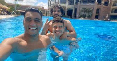 ثلاثي الزمالك يلجأون لحمام السباحة للتغلب على حرارة الجو فى معسكر برج العرب