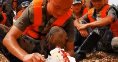 جندى صينى يحتفل بعيد ميلاده خلال مكافحته الفيضانات.. فيديو